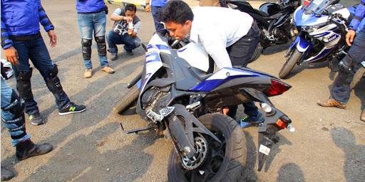 5 Langkah Benar Mendirikan Sepeda Motor yang Sudah Jatuh